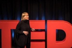 """Frau namens """"Mary McCarthy"""" auf der TEDx Bühne."""