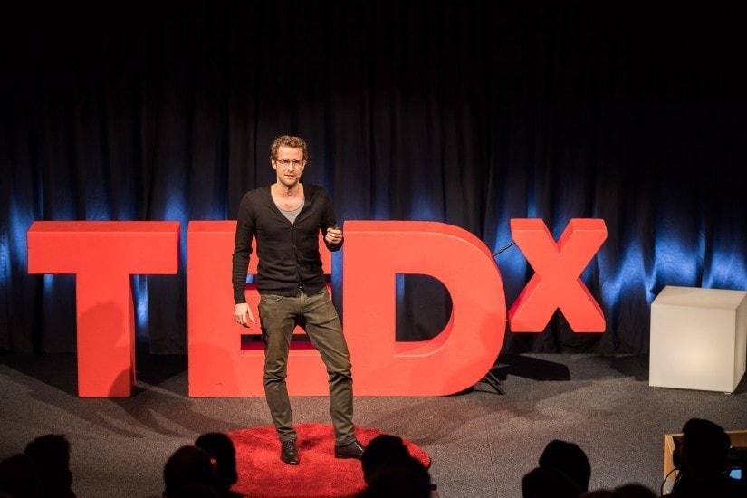 """Mann namens """"Kilian Wagner"""" auf der TEDx Bühne."""