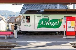Lokomotive der Appenzeller Bahnen mit A.Vogel Werbung im Gaiserbahnhof.