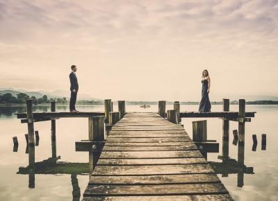"""Hochzeitspaar steht auf einem Bootssteg an einem See namens """"Pfäffikonsee"""""""