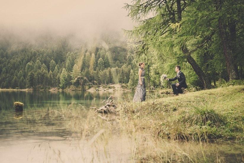 """Hochzeitspaar steht an einem See namens """"Palpuognasee"""""""