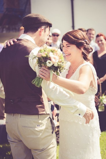 Hochzeitspaar umarmt sich bei freier Zeremonie.