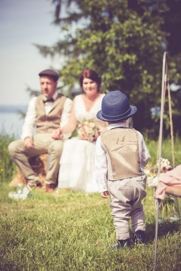 kleiner Knabe bringt Ringe zum Brautpaar.