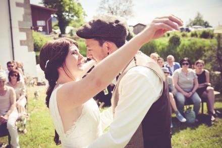 verliebtes Brautpaar bei der Zeremonie.