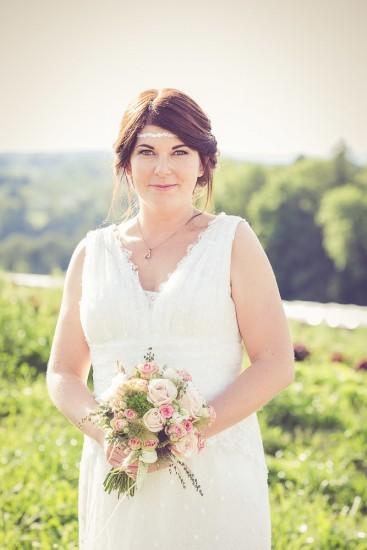Braut blickt direkt in die Kamera.