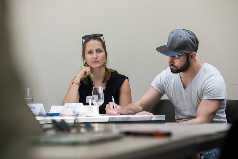 Eine Frau und ein Mann in einem Konferenzraum.