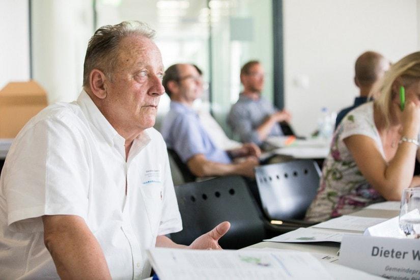 Mann in einem Konferenzraum.