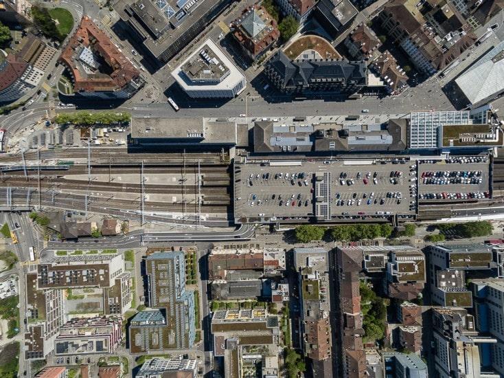 Drohnenaufnahmen über Winterthur mit Parkhaus beim Bahnhof.