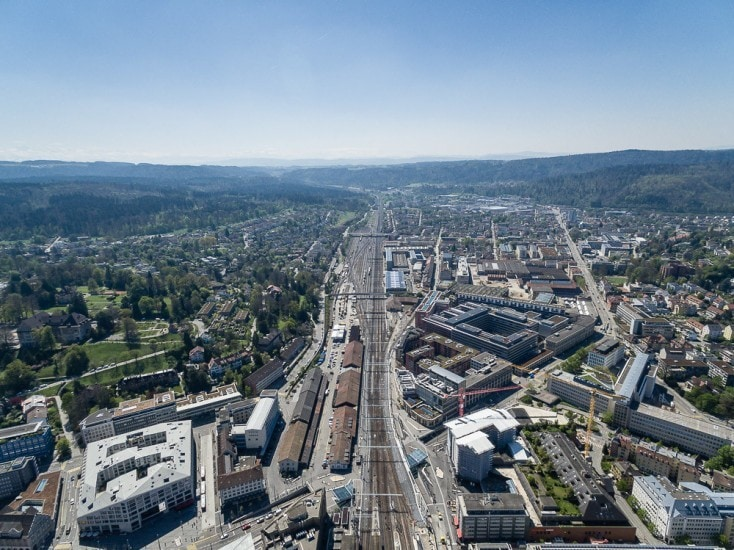 Drohnenaufnahmen über Winterthur mit Bahnhof.