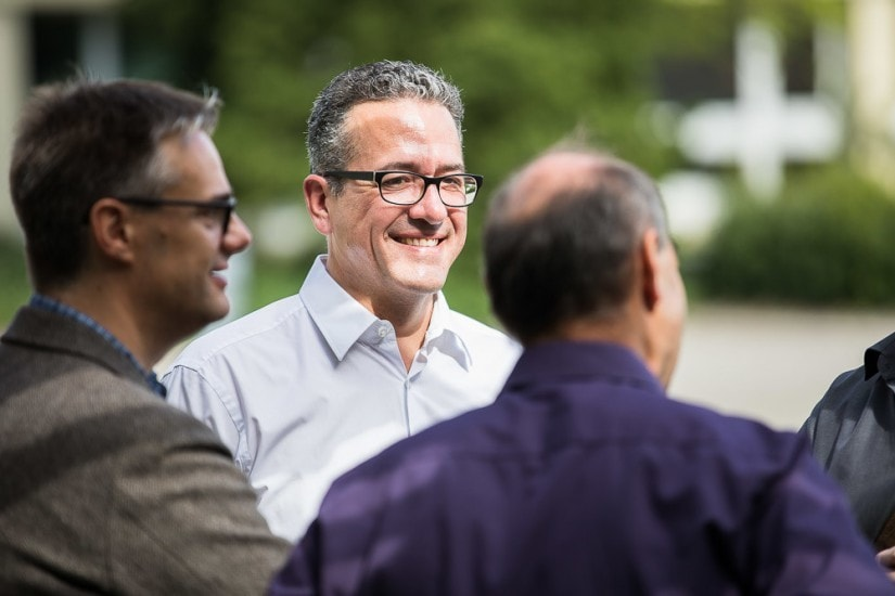 lachender Mann in einer Gruppe