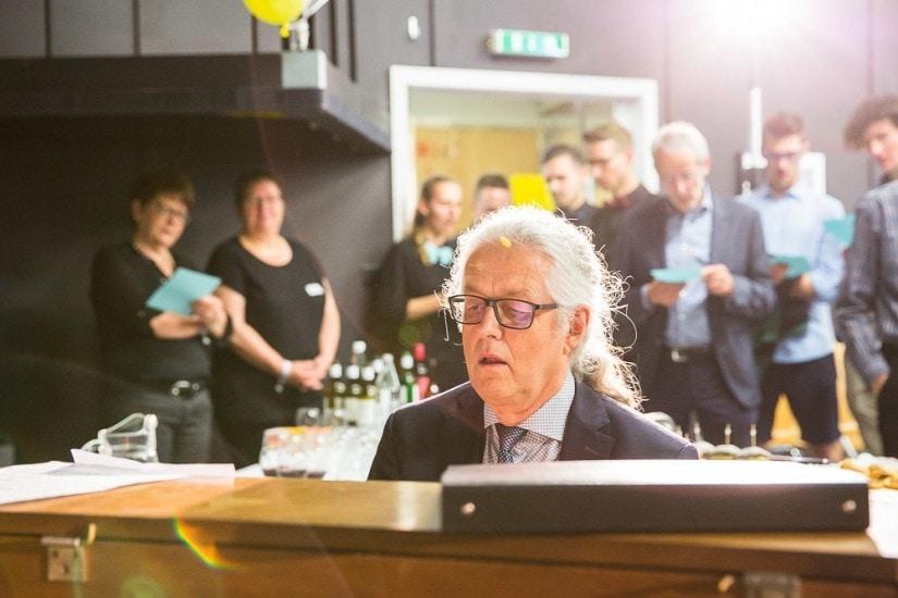 Mann mit Brille spiel Klavier.