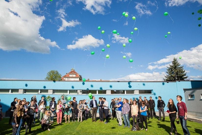 Festgesellschaft lässt Luftballons steigen.