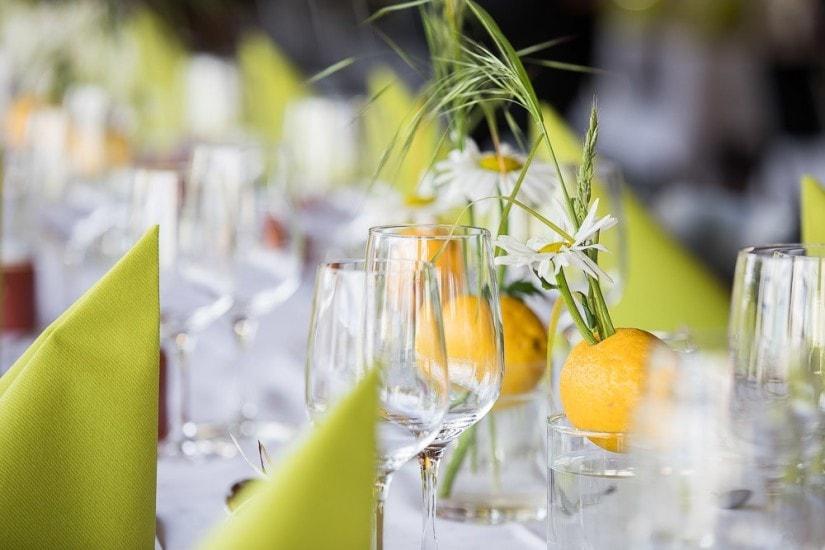 Gläser und Tischdeko: Margeriten stecken in Zitronen.