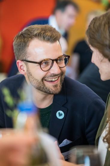 lachender Mann mit Brille.