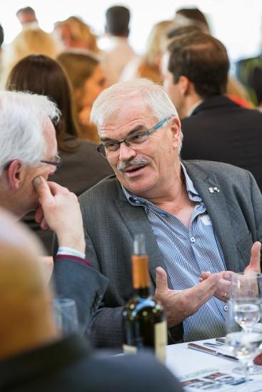 zwei Männer in eine Diskussion vertieft.