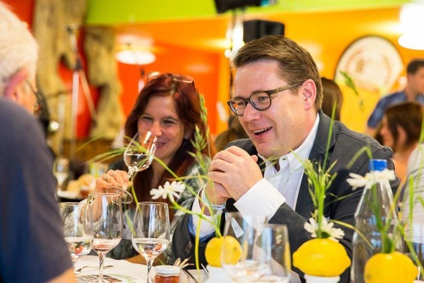 Regierungsrat Benedikt Würth bei Tisch.
