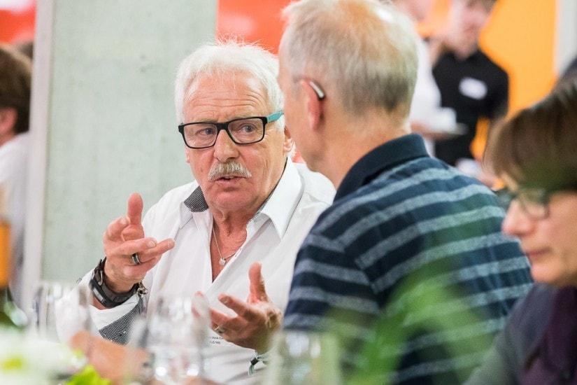 Zwei Männer in einem Gespräch.