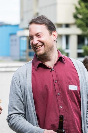 lachender Mann mit rotem Hemd