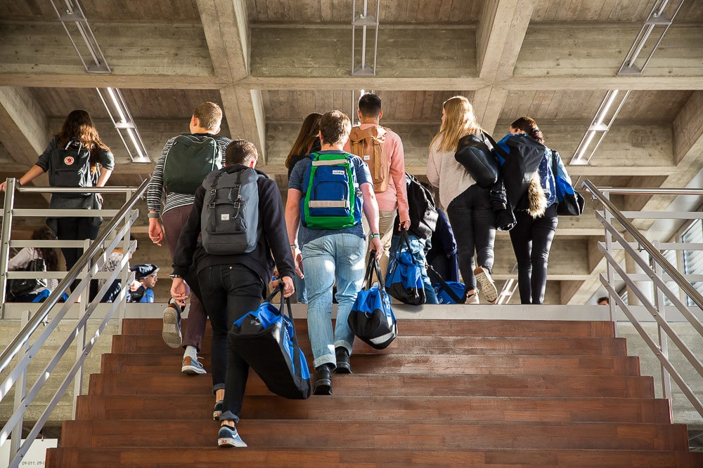 Studentengruppe steigt Treppe hoch.
