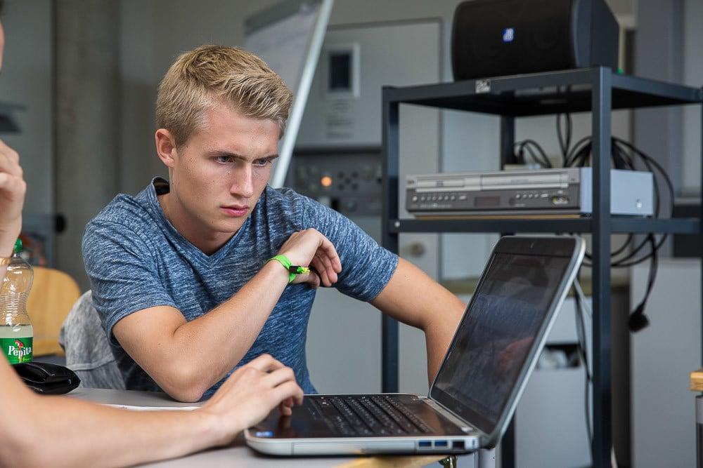Student arbeitet an einem Computer.