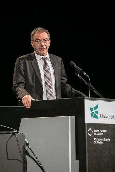 Rektor der HSG auf einem Podium.