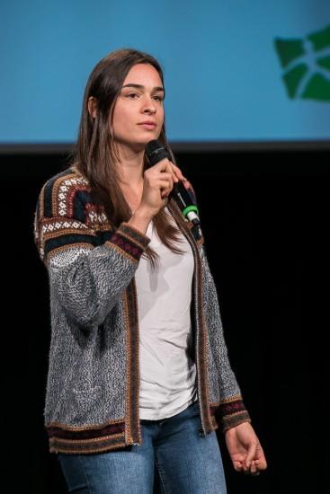 Studentin mit Mikrofon