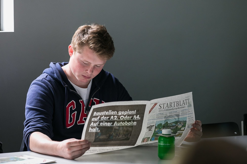 Student liest Zeitung.