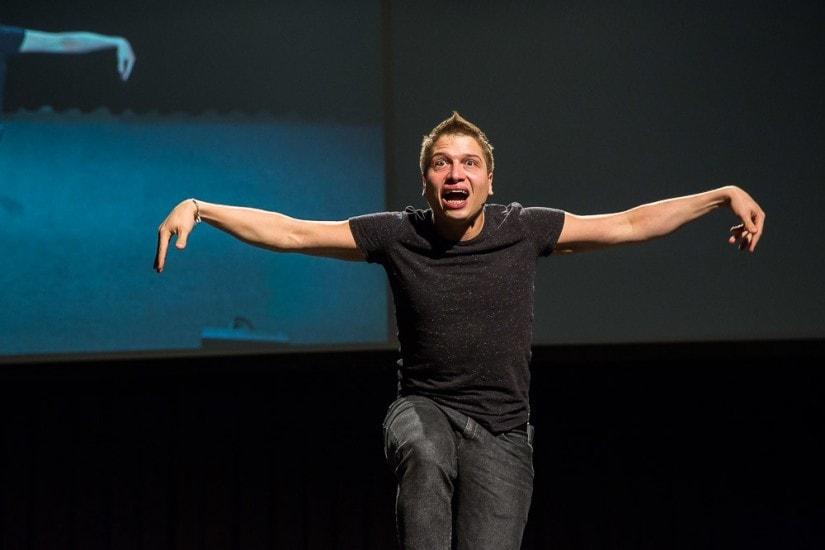 Schauspieler vom Theater St.Gallen spielt einen Flugdinosaurier.