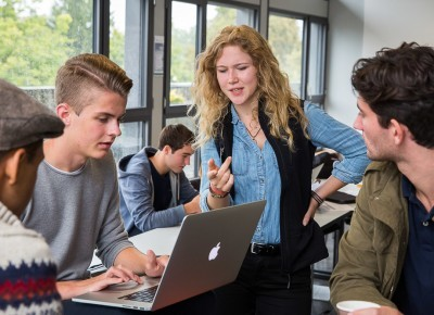 Studenten arbeiten an einem Computer.