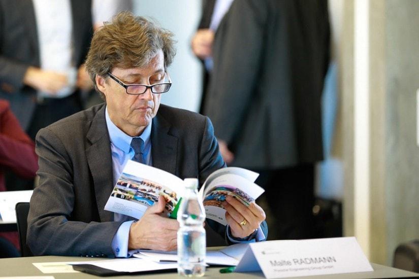 Mann studiert Unterlagen.