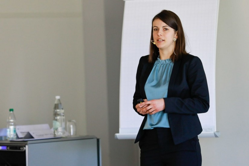 Frau hält einen Vortrag.