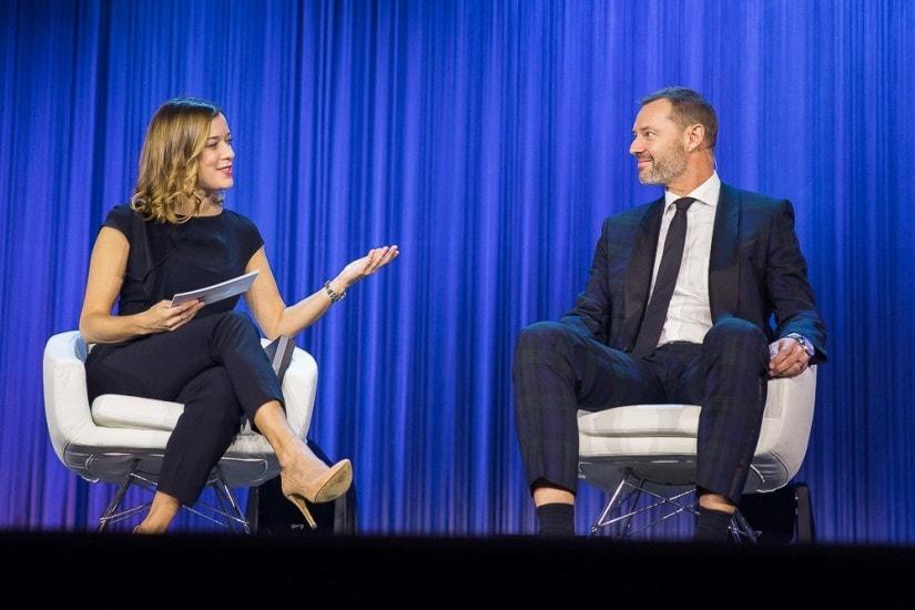 Moderatorin plaudert mit einem Mann.
