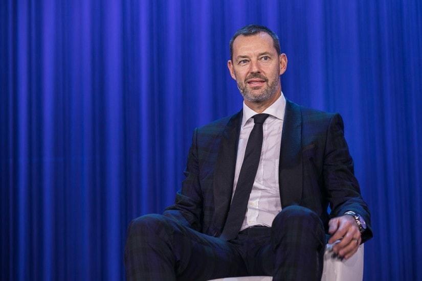 Mann mit Anzug und schwarzer Krawatte.