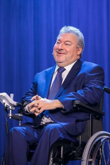 Mann in einem Rollstuhl.