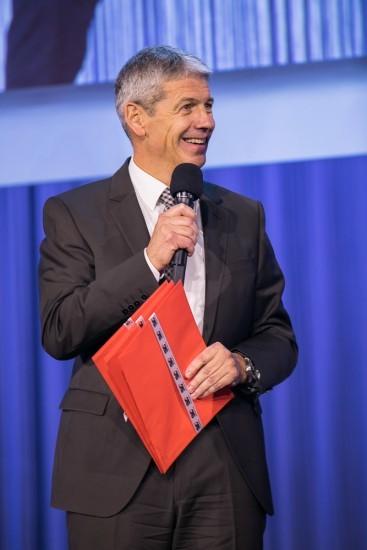 fröhlicher Mann mit rotem Couvert.