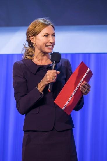 Frau mit rotem Umschlag.