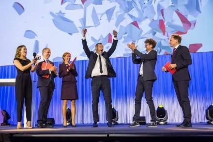 Jubelnder Sieger auf der Bühne.