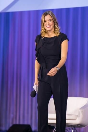 Frau auf der Bühne.