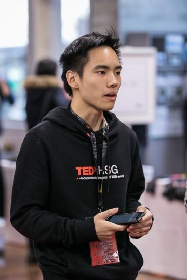 Mann mit schwarzem TEDx Pullover.