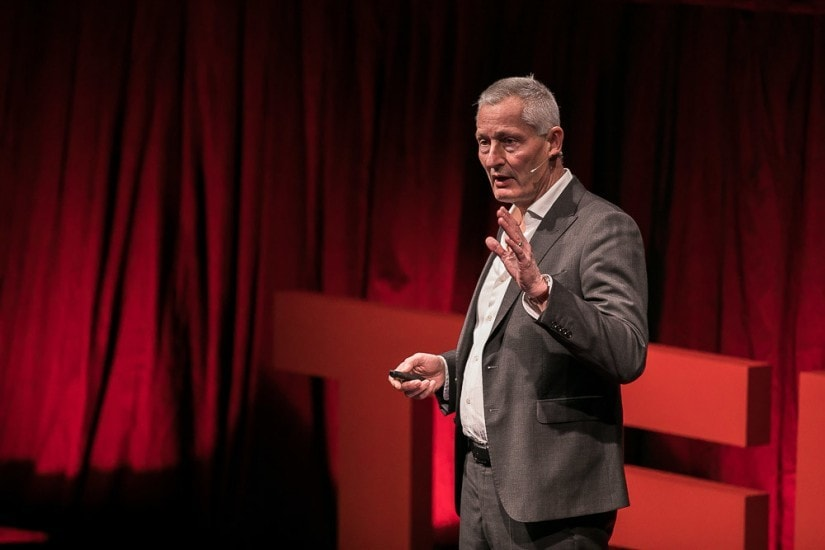Jacques Pitteloud auf der TEDx Bühne.