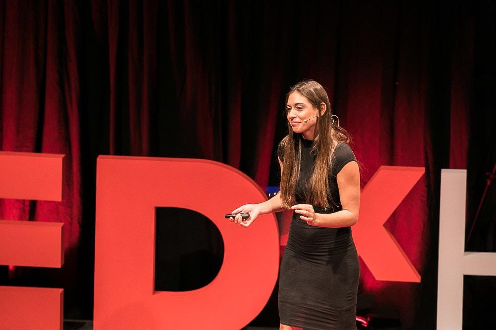 Valentine Thomas auf der TEDx Bühne.