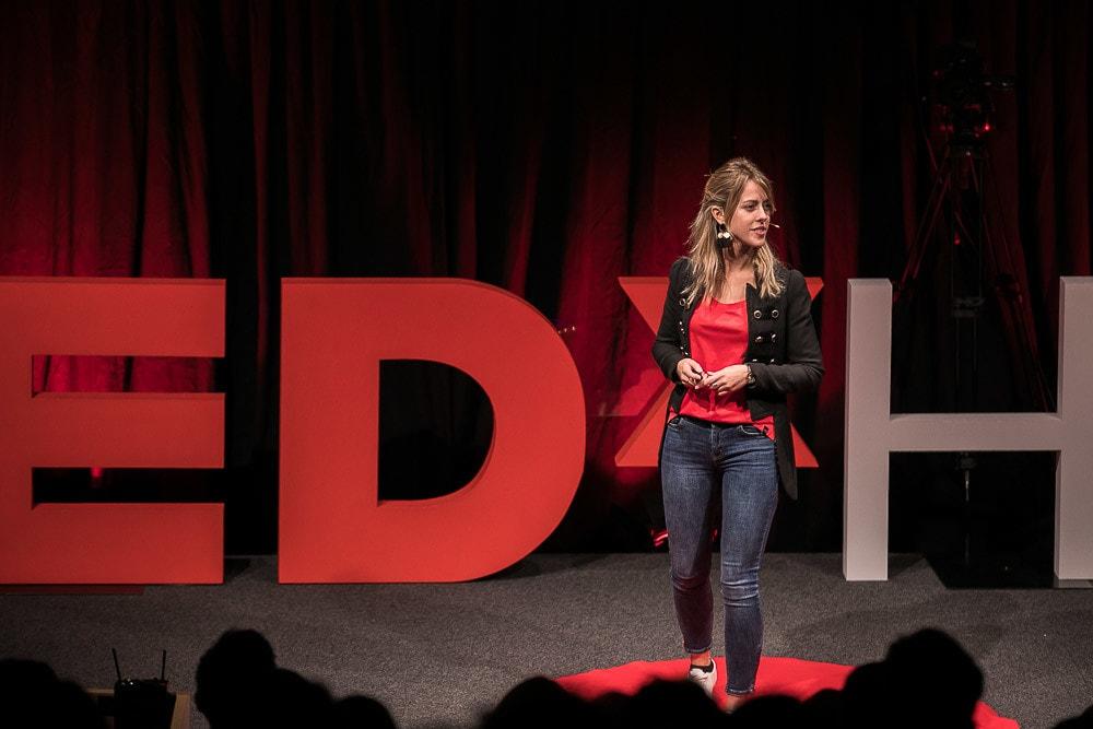 Loulou Van Ravensteijn auf der TEDx Bühne