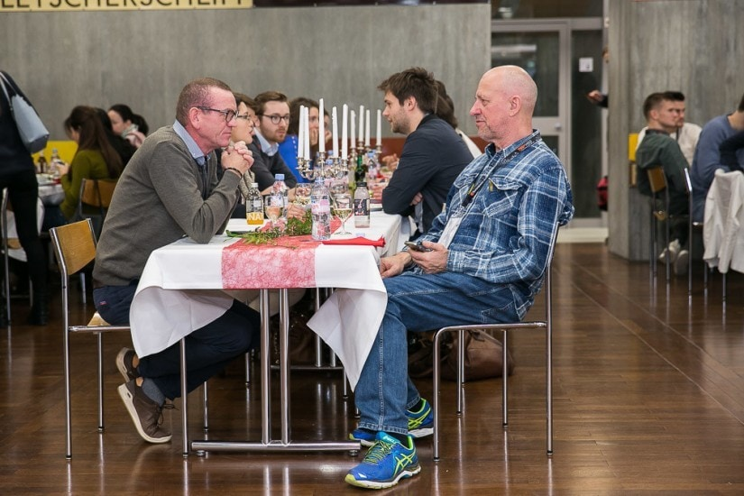 Div. Personen an einem Tisch.