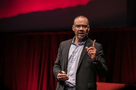 Christopher Mbanefo auf der TEDx-Bühne