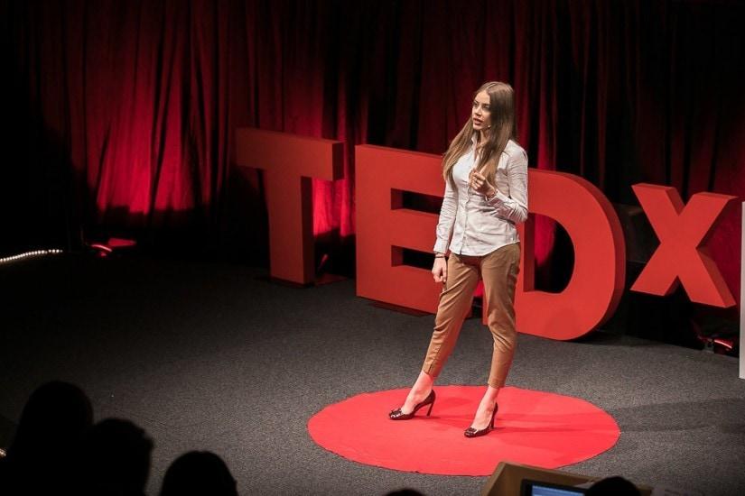 Xenia Tchoumitcheva auf der TEDx-Bühne