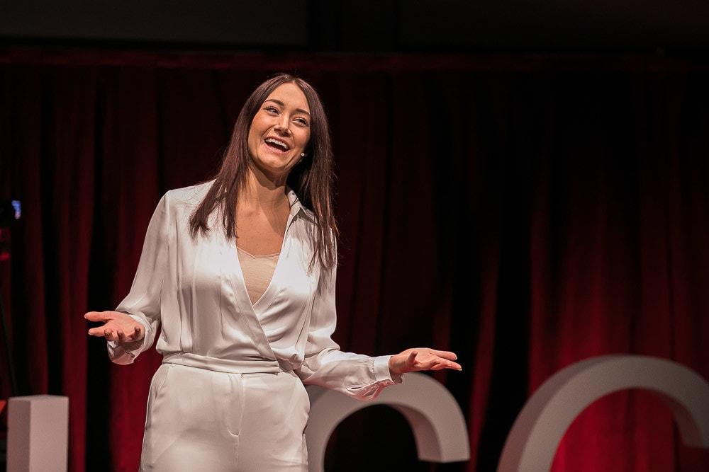 Mel Wells auf der TEDx Bühne.