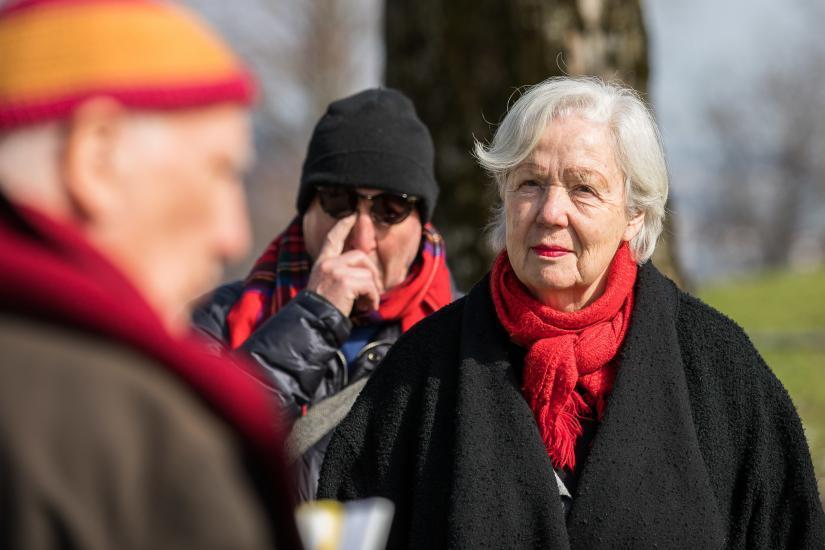 Frau hört gespannt einem Erzähler zu.