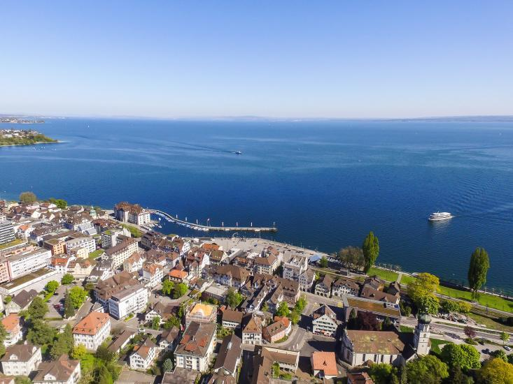 Luftaufnahme vom Hafen und Bodensee.