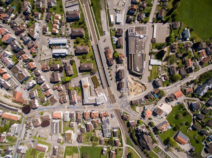 Vogelperspektive auf den Bahnhof Goldach.