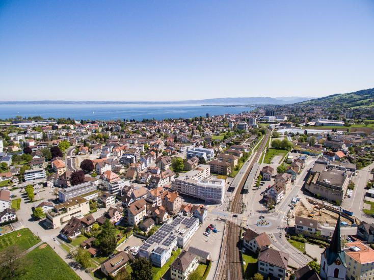 Luftaufnahmen mit Bahnhof Goldach und Bodensee.